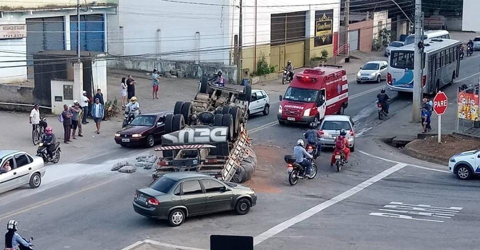 Caminhão tomba e duas pessoas ficam feridas em Colatina