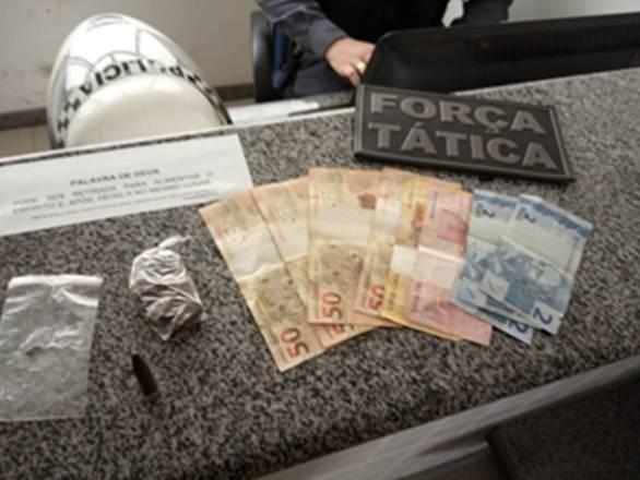 Dois jovens e uma adolescente são detidos suspeitos de tráfico de drogas em Vila Valério